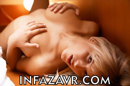девушка ласкает свою грудь