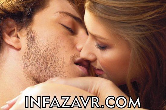 девушка целует парня в засос